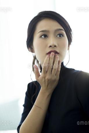 唇を触る女性の写真素材 [FYI00481972]