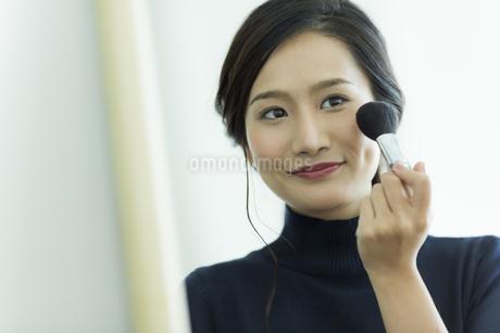 メイクをする若い女性の写真素材 [FYI00481974]