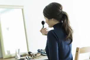 メイクをする若い女性の写真素材 [FYI00481975]
