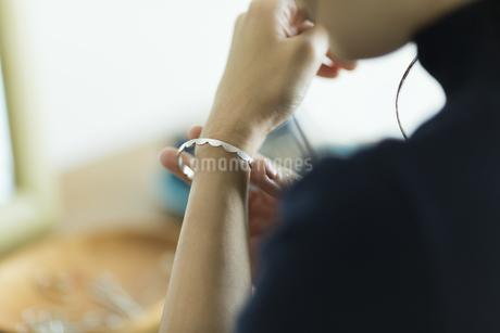 アクセサリーを着ける女性の写真素材 [FYI00481976]