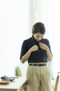 アクセサリーを着ける女性の写真素材 [FYI00481978]