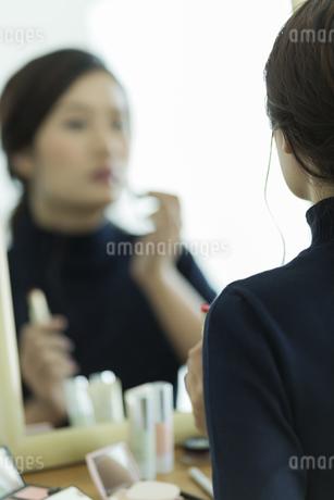 メイクをする女性の写真素材 [FYI00481980]