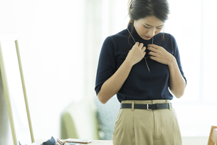 アクセサリーを着ける女性の写真素材 [FYI00481984]