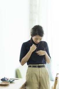 アクセサリーを着ける女性の写真素材 [FYI00481985]