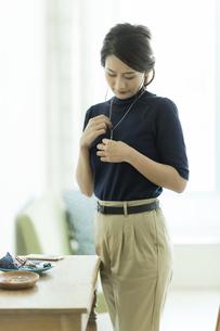 アクセサリーを着ける女性の写真素材 [FYI00481990]