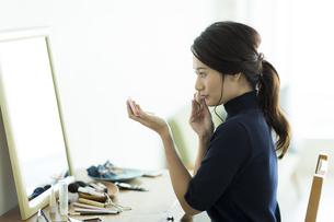 メイクをする女性の写真素材 [FYI00481992]