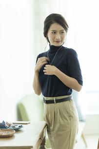 アクセサリーを着ける女性の写真素材 [FYI00481993]