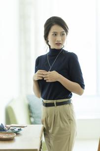 アクセサリーを着ける女性の写真素材 [FYI00481995]
