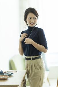 アクセサリーを着ける女性の写真素材 [FYI00481996]