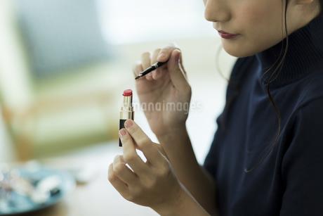 メイクをする女性の手元の写真素材 [FYI00481997]
