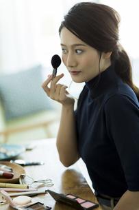 メイクをする若い女性の写真素材 [FYI00482001]