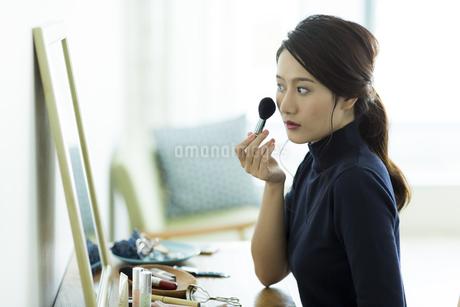 メイクをする若い女性の写真素材 [FYI00482003]