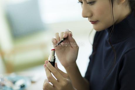 メイクをする女性の写真素材 [FYI00482004]