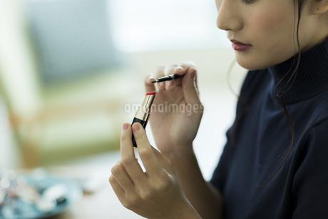 メイクをする女性の手元の写真素材 [FYI00482005]