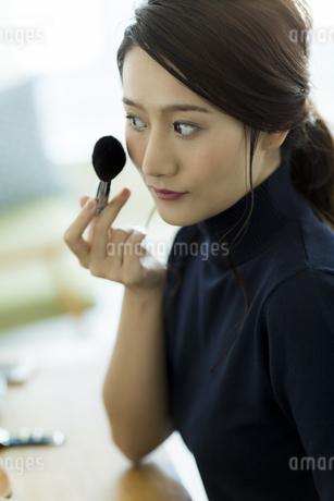メイクをする若い女性の写真素材 [FYI00482006]