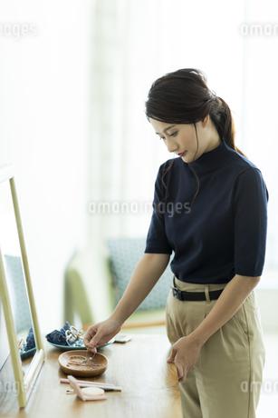 アクセサリーを着ける女性の写真素材 [FYI00482009]