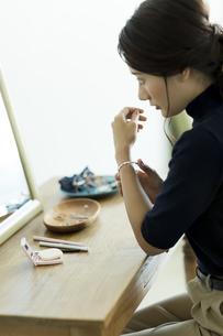 アクセサリーを着ける女性の素材 [FYI00482012]