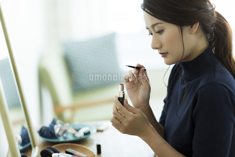 メイクをする女性の写真素材 [FYI00482014]