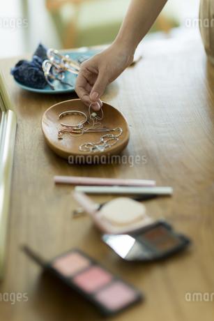 アクセサリーを持つ女性の手元の写真素材 [FYI00482019]