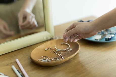 アクセサリーを持つ女性の手元の写真素材 [FYI00482023]