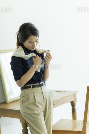 スカーフを巻く女性の素材 [FYI00482024]