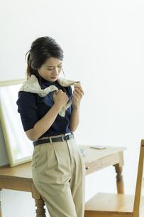 スカーフを巻く女性の写真素材 [FYI00482024]