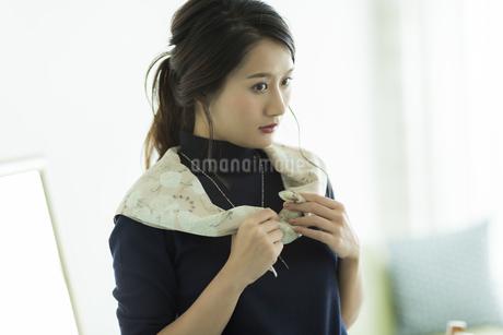 スカーフを巻く女性の素材 [FYI00482025]