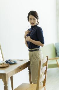 アクセサリーを着ける女性の写真素材 [FYI00482026]