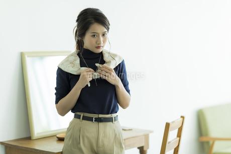 スカーフを巻く女性の写真素材 [FYI00482027]
