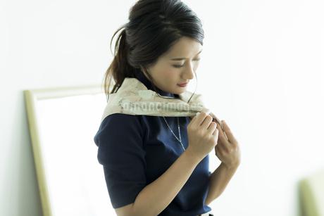 スカーフを巻く女性の素材 [FYI00482029]