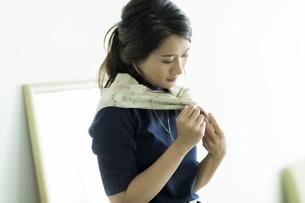 スカーフを巻く女性の写真素材 [FYI00482029]