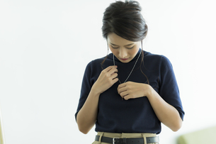 アクセサリーを着ける女性の写真素材 [FYI00482030]
