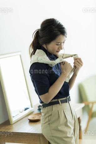 スカーフを巻く女性の素材 [FYI00482031]