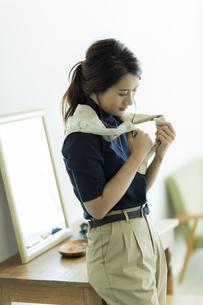 スカーフを巻く女性の写真素材 [FYI00482031]