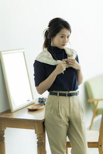 スカーフを巻く女性の写真素材 [FYI00482032]