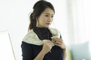 スカーフを巻く女性の写真素材 [FYI00482034]