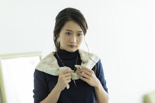 スカーフを巻く女性の写真素材 [FYI00482035]