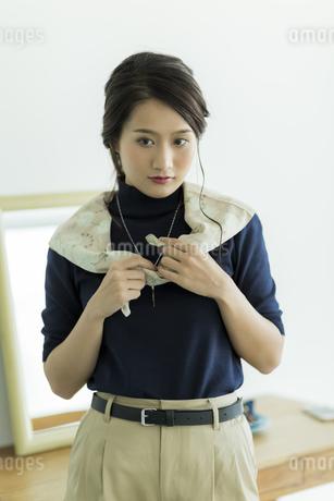 スカーフを巻く女性の素材 [FYI00482037]