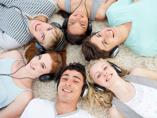Group of teenagers listening to musicの写真素材 [FYI00482074]