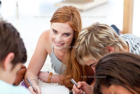 Portrait of a teen girl doing homeworkの写真素材 [FYI00482075]