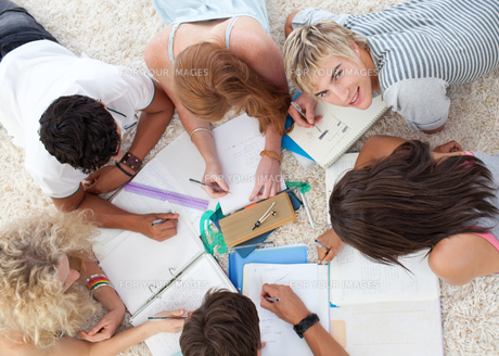 Group of Teenagers studying togetherの写真素材 [FYI00482077]