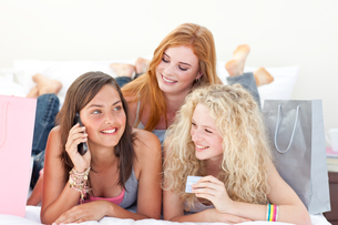 Happy teen girls after shopping clothesの写真素材 [FYI00482079]