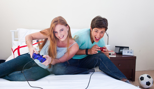 Boy and girl playing video gamesの素材 [FYI00482082]