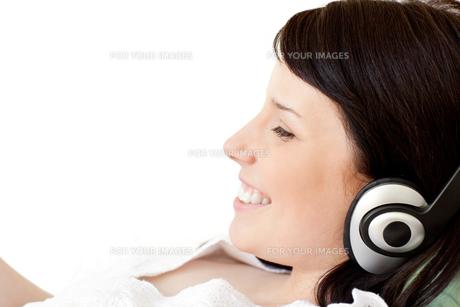 Joyful young woman listening music with headphonesの写真素材 [FYI00482099]