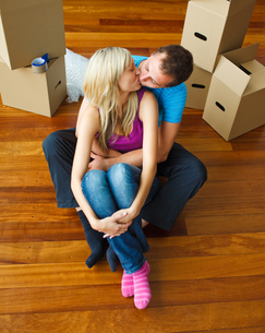 Couple moving to new house and kissing each otherの写真素材 [FYI00482101]