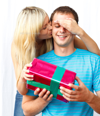 Young woman giving a present to her husbandの素材 [FYI00482102]
