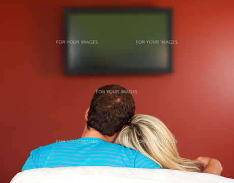 Couple sitting on couch watching a television at homeの素材 [FYI00482104]