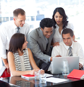 Business people working together with a laptopの写真素材 [FYI00482107]