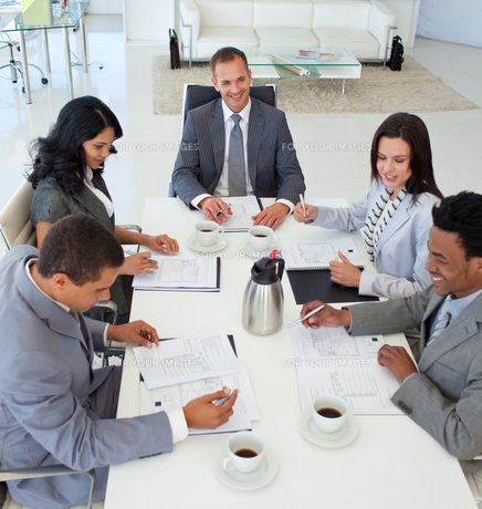 Business people discussing in a meetingの写真素材 [FYI00482108]