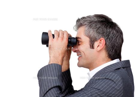 Serious businessman using binocularsの写真素材 [FYI00482109]